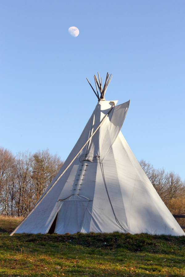 s jour insolite en tipi au bord d 39 un lac dans le cantal. Black Bedroom Furniture Sets. Home Design Ideas
